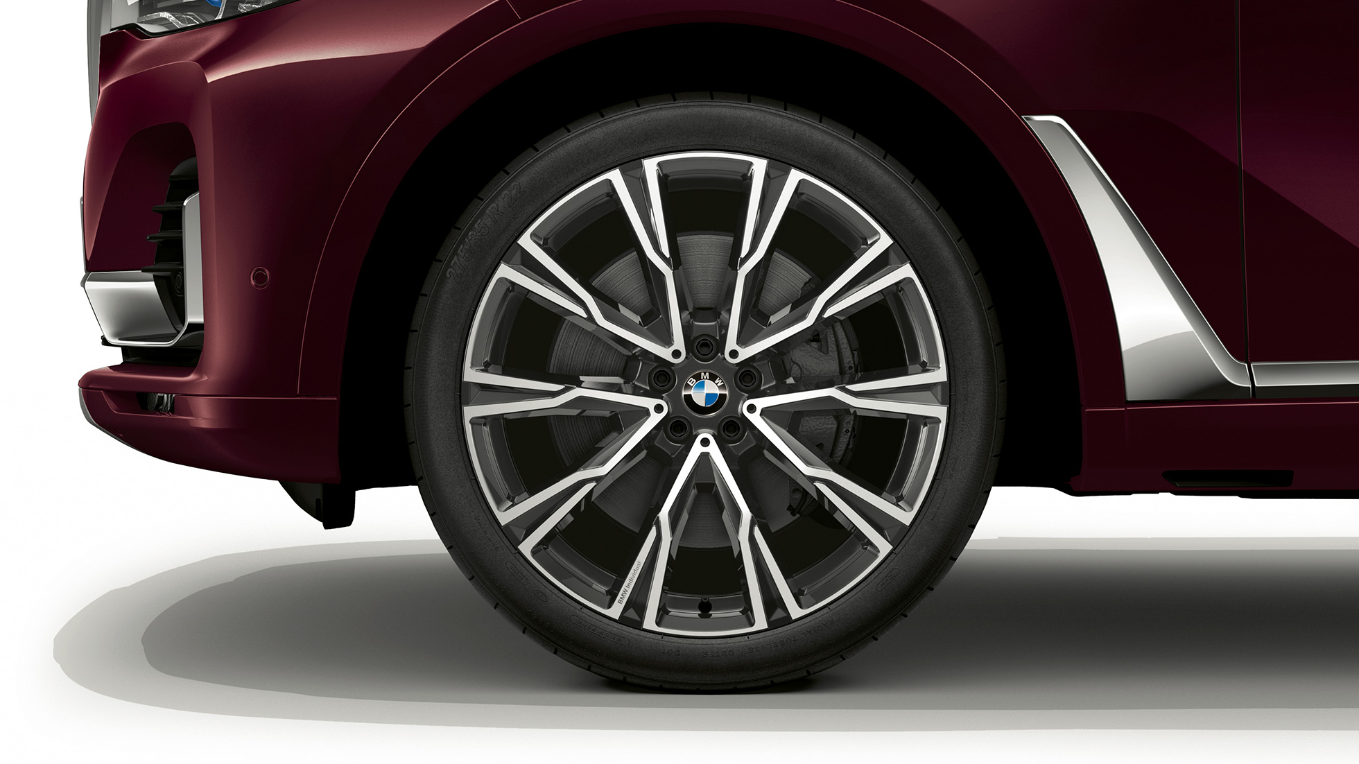 Close-up of the light alloy wheel of the BMW X7 with M Sport Package features